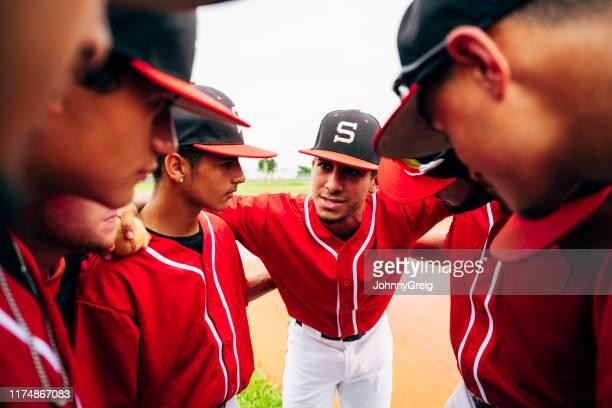 野球チームのクローズアップが集まり、キャプテンの話を聞く - 高校野球 ストックフォトと画像