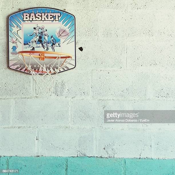 close-up of basketball hoop at brick wall - javier alonso fotografías e imágenes de stock