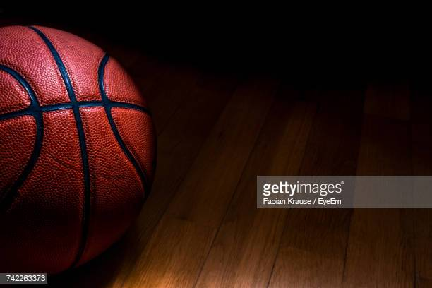 close-up of basketball on hardwood floor - bola de basquete - fotografias e filmes do acervo