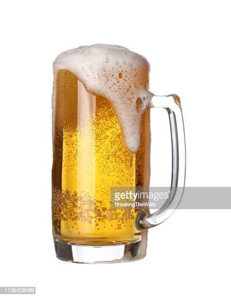 close-up of beer glass against white background - vaso de cerveza fotografías e imágenes de stock