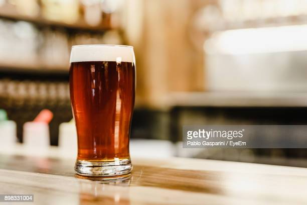 close-up of beer glass on table - comptoir de bar photos et images de collection