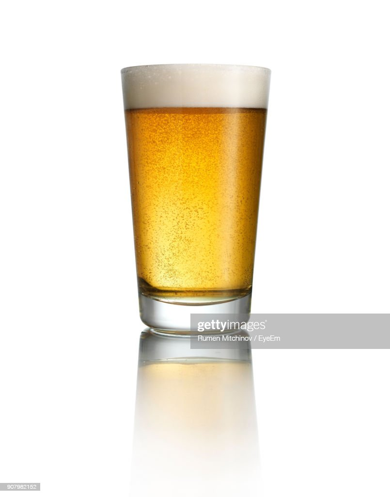 Close-Up Of Beer In Glass Against White Background : ストックフォト