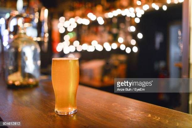 close-up of beer in glass on table - comptoir de bar photos et images de collection