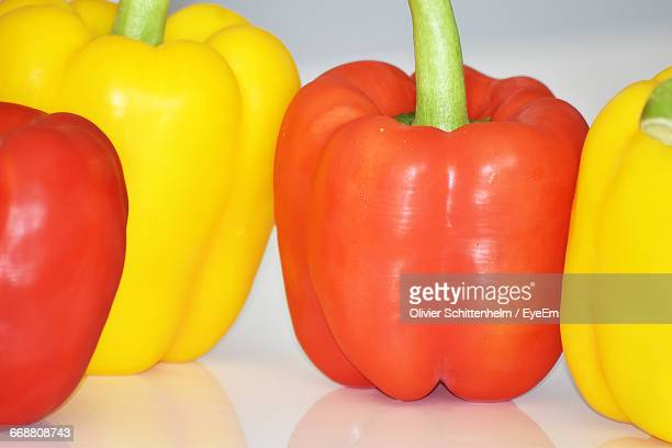 close-up of bell peppers on table - olivier schittenhelm photos et images de collection