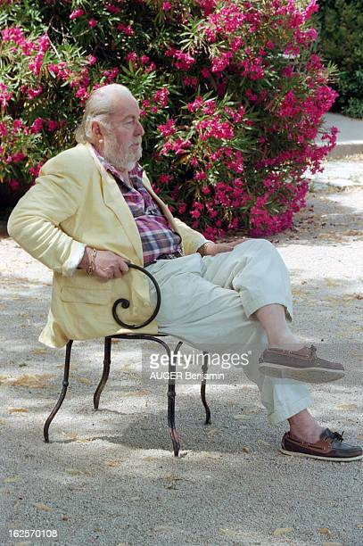 CloseUp Of Bernard Buffet In His Estate Of La Baume In Tourtour Tourtour 12 juillet 1998 Portrait du peintre Bernard BUFFET de profil assis sur une...