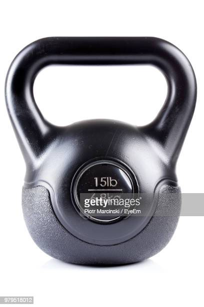 close-up of black kettlebell over white background - equipamento esportivo - fotografias e filmes do acervo