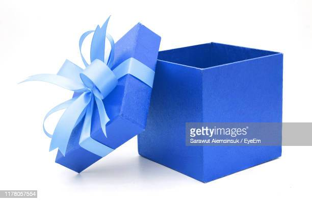 close-up of blue gift box against white background - caja de regalo fotografías e imágenes de stock