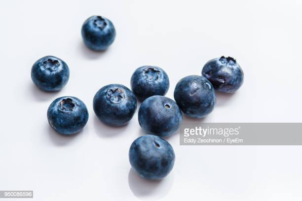 close-up of blueberries against white background - blueberry fotografías e imágenes de stock