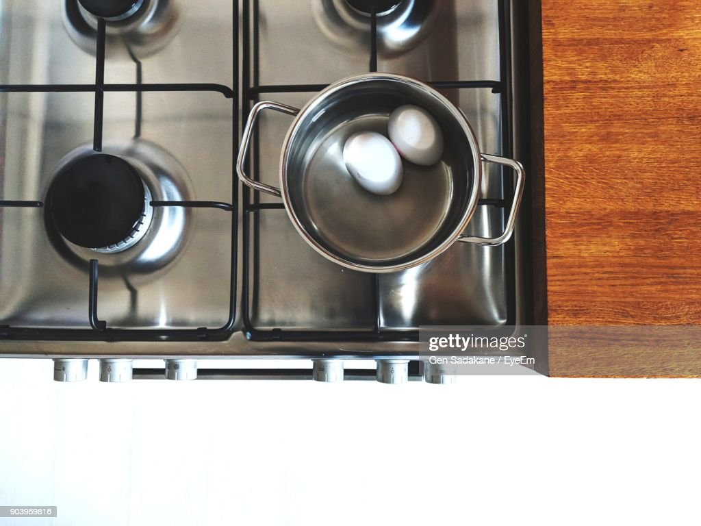 Close-Up Of Boiled Eggs In Container At Kitchen : Stock-Foto