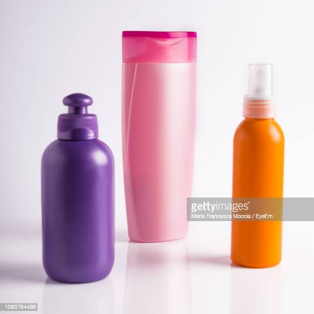 close-up of bottles against white background - shampoo stockfoto's en -beelden