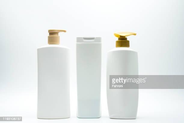close-up of bottles against white background - shampoo stockfoto's en -beelden