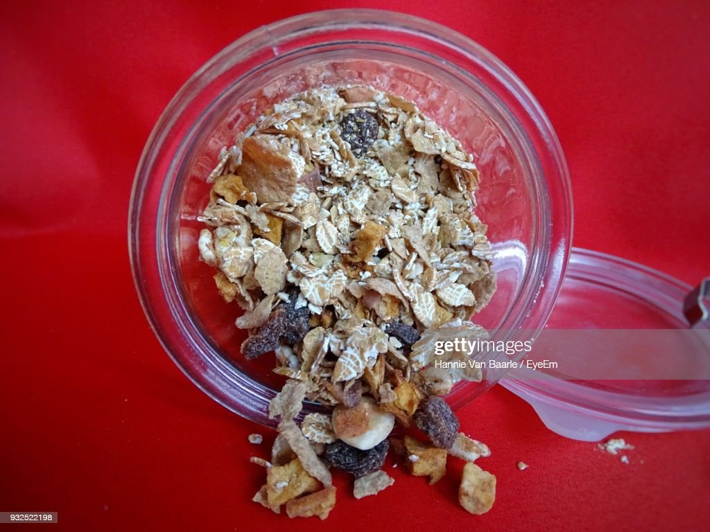 Close-Up Of Breakfast Cereals In Bowl On Red Background : Stockfoto