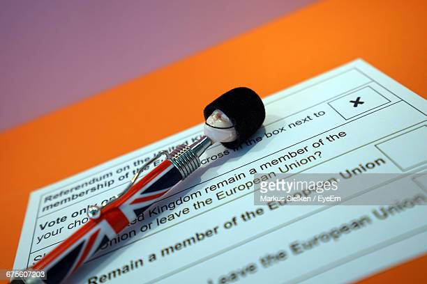 close-up of british pen with ballot slip on table - uk elections foto e immagini stock
