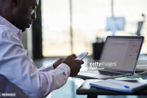 close-up of businessman using smartphone - postando - fotografias e filmes do acervo