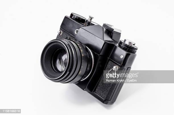 close-up of camera against white background - camera photographic equipment - fotografias e filmes do acervo