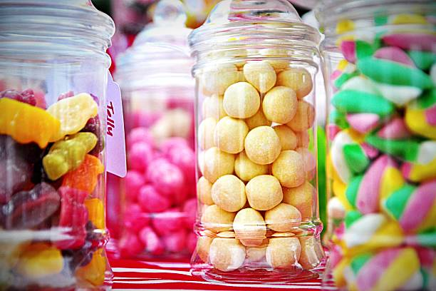 close-up of candies in jar at store - 甜品 個照片及圖片檔