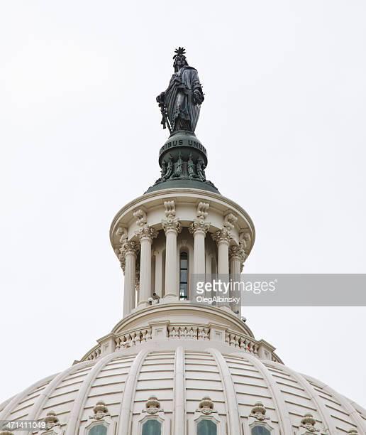 nahaufnahme des capitol dome, die statue der freiheit, washington, dc, entfernt. - kapitell stock-fotos und bilder