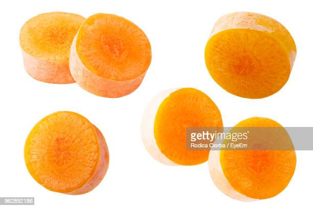 close-up of carrot slices against white background - aliment en portion photos et images de collection