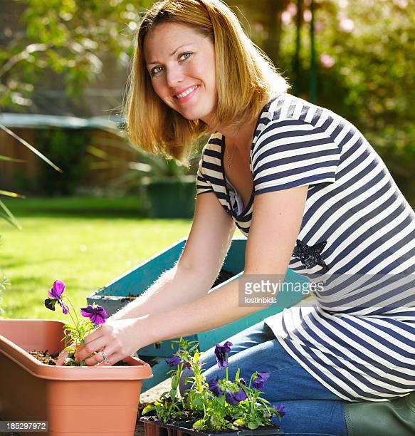 Gros plan de femme Caucasien/femme profitant de jardinage