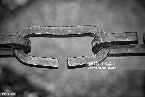 close-up of chain links - link chain part stock pictures, royalty-free photos & images