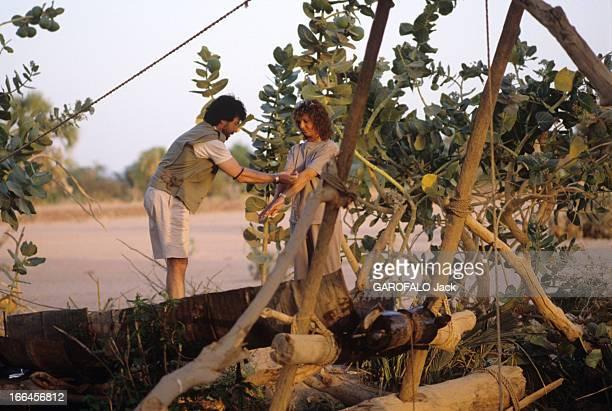 CloseUp Of Chantal Nobel Niger avril 1989 à la frontière du désert du Ténéré l'actrice française Chantal NOBEL fait une pause avec son époux le...