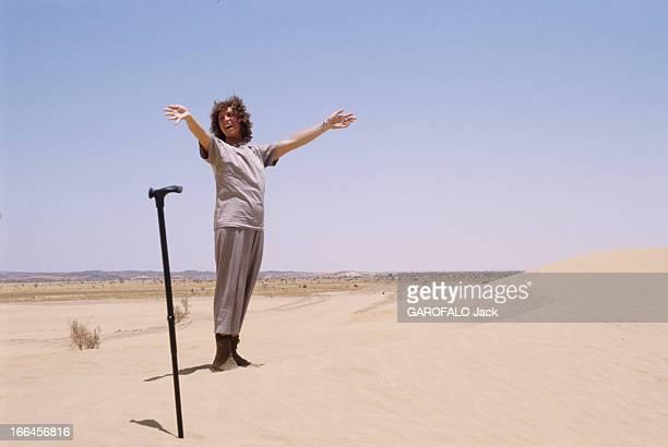 CloseUp Of Chantal Nobel Niger avril 1989 l'actrice française Chantal NOBEL se tient debout dans les dunes de Tiguidit à 80 km d'Agadez Elle écarte...