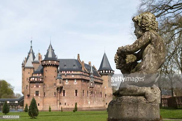 Gros plan de Chérubin statue avec Château en arrière-plan