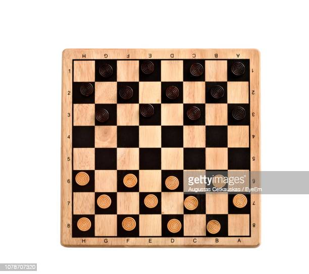 close-up of chess board against white background - tabuleiro de xadrez imagens e fotografias de stock