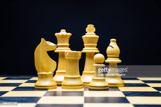 close-up of chess pieces against black background - tabuleiro de xadrez imagens e fotografias de stock