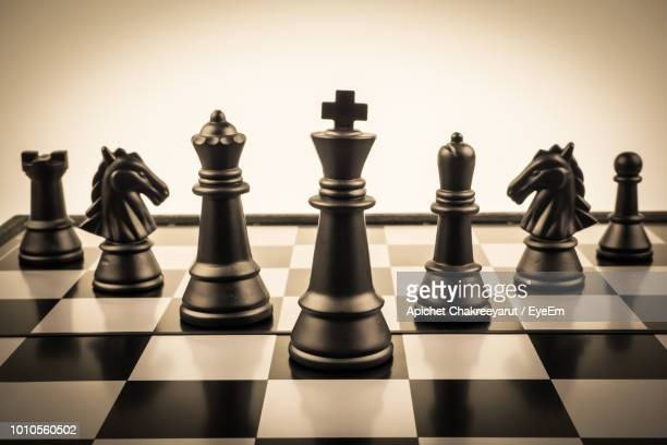 close-up of chess pieces against gray background - tabuleiro de xadrez imagens e fotografias de stock