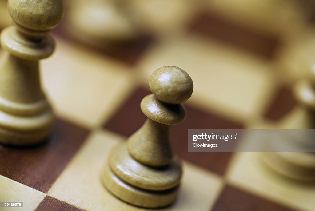 Close-up of chess pieces on a chess board : Foto de stock