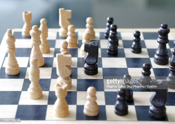 close-up of chess pieces on board - tabuleiro de xadrez imagens e fotografias de stock