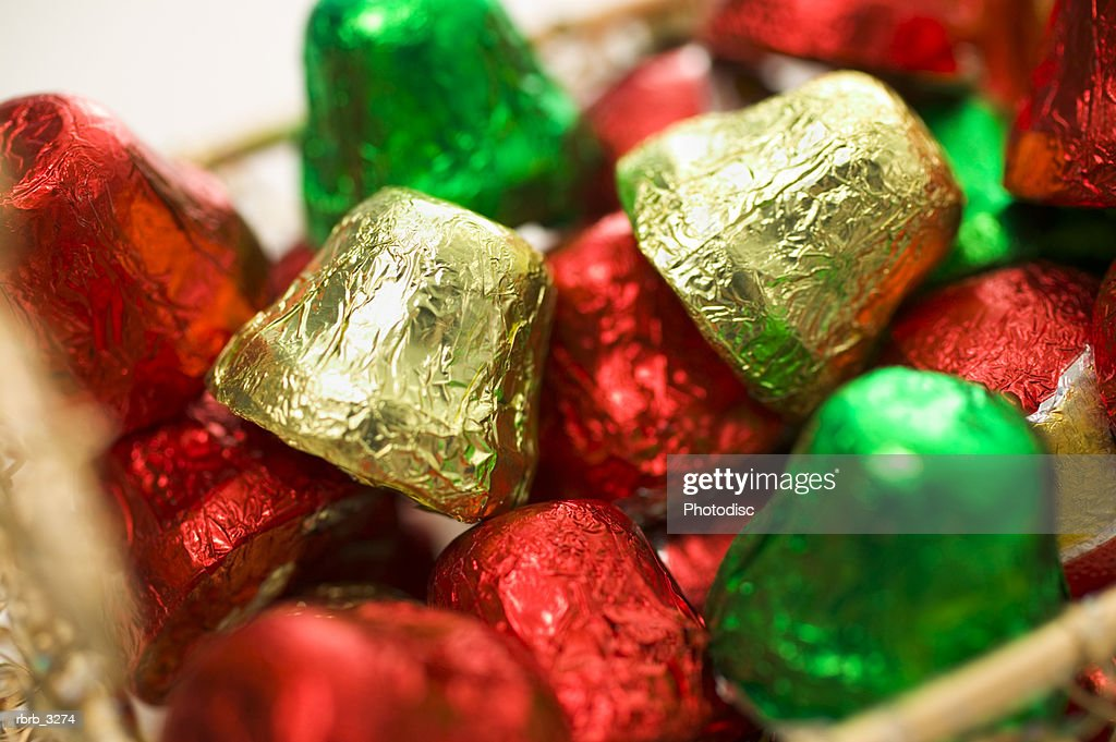 Close-up of chocolates wrapped in colored foil : Foto de stock