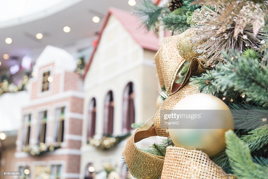 Closeup of Christmas tree with ornaments and home background : Stock-Foto