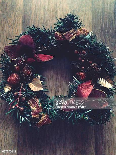 close-up of christmas wreath mounted on wooden wall - nikitina stock pictures, royalty-free photos & images