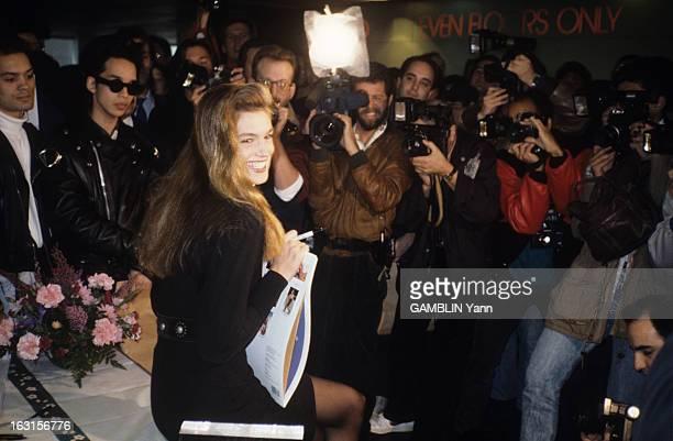 CloseUp Of Cindy Crawford Décembre 1989 Cindy CRAWFORD 22 ans mannequin américain le plus cher du moment Cindy CRAWFORD dédicace son calendrier...