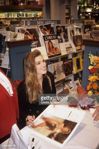 CloseUp Of Cindy Crawford Décembre 1989 Cindy CRAWFORD 22 ans mannequin américain le plus cher du moment Cindy CRAWFORD dédicace son calendrier à la...