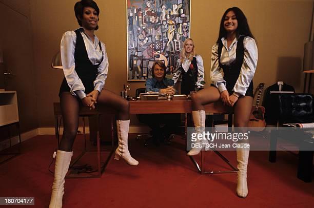 Closeup Of Claude Francois France décembre 1971 Claude FRANCOIS chanteur français à la conquête des USA Portrait du roi 'CloClo' assis à son bureau...