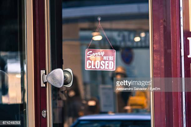 close-up of closed sign at store - cartello chiuso foto e immagini stock