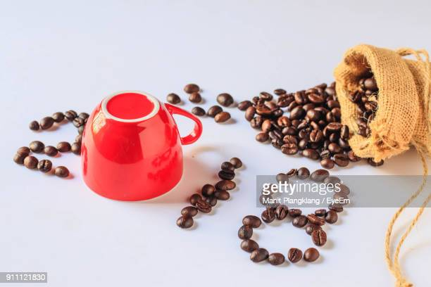 close-up of coffee beans and red cup arranged in 2018 against white background - 2018 photos et images de collection
