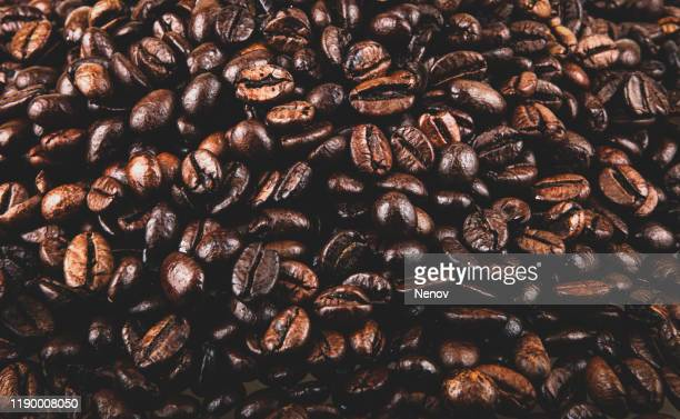 close-up of coffee beans background - grain de café torréfié photos et images de collection