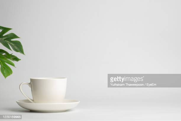 close-up of coffee cup against white background - platillo fotografías e imágenes de stock