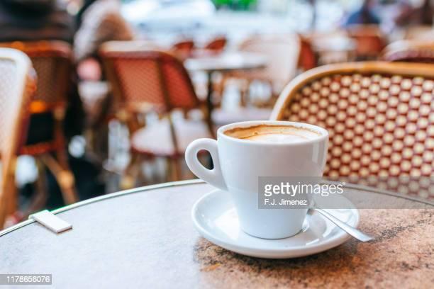 close-up of coffee cup in paris bar - café photos et images de collection