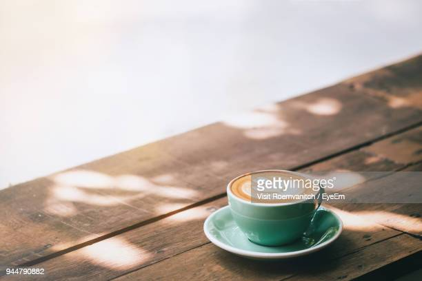 close-up of coffee cup on table - warme dranken stockfoto's en -beelden