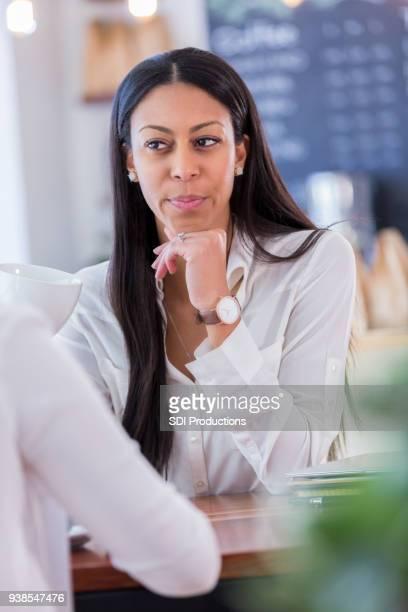 gros plan du client de café dans une conversation sérieuse avec ami - directrice photos et images de collection