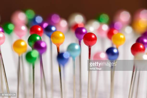 close-up of colorful straight pins - stecknadel stock-fotos und bilder