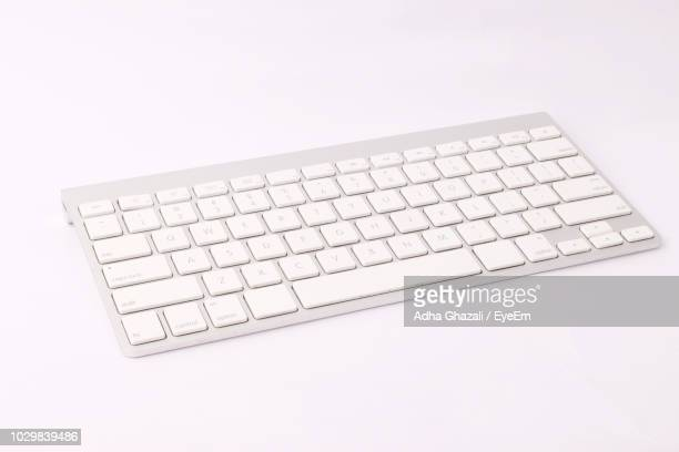 close-up of computer keyboard against white background - computertoetsenbord stockfoto's en -beelden