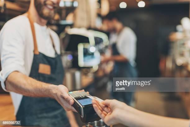 Primer plano de pago con tarjeta de crédito sin contacto