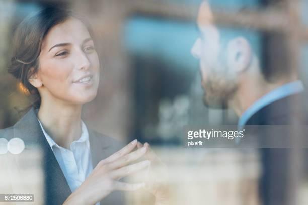 Nahaufnahme von paar Geschäftsleute sprechen