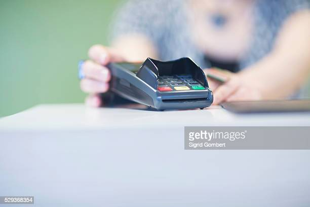 close-up of credit card reader on checkout counter, freiburg im breisgau, baden-w��rttemberg, germany - sigrid gombert stock pictures, royalty-free photos & images